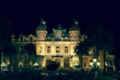 摩纳哥,意大利, 2013年8月10日:赌博娱乐场在摩纳哥 背景美好的图象安装横向晚上照片表使用 库存照片