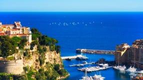 摩纳哥` s Rocher和有赛船会的Fontvieille小游艇船坞在背景中 免版税库存照片