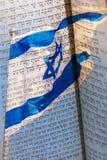 摩西五经的文本在以色列的旗子的 库存图片