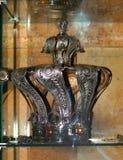 摩西五经的银色冠在犹太教堂 免版税库存照片