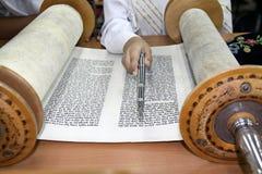 读摩西五经纸卷 免版税库存图片