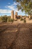 摩洛哥与干燥农田的kasbah废墟 库存图片