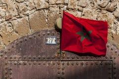 摩洛哥旗子飞行在前堡垒的门道入口在索维拉在摩洛哥 库存图片