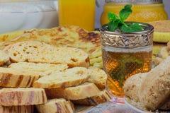 摩洛哥曲奇饼和薄荷的茶 免版税库存照片