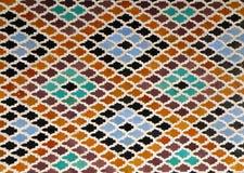 摩洛哥样式菱形样式明亮的蓝色橙色布朗颜色在菲斯,摩洛哥铺磁砖了墙壁 免版税图库摄影