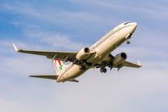 从摩洛哥皇家航空公司波音737 CN-RNZ的飞机为登陆做准备 免版税库存照片