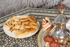 摩洛哥茶盘和赖买丹月曲奇饼 免版税库存照片