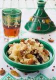 摩洛哥蒸丸子用干果和坚果在tagine 免版税库存图片
