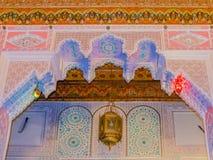 摩洛哥蔓藤花纹天花板雕刻 库存图片