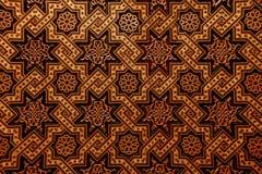 摩洛哥蔓藤花纹被雕刻的木墙壁 免版税库存照片
