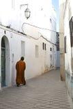 摩洛哥走通过狭窄的胡同 库存照片