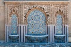 摩洛哥铺磁砖的喷泉 免版税库存照片