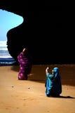 摩洛哥,海滩Legzira - 9月17 :摆在海滩的明亮的衣裳的地方妇女 库存照片
