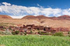 摩洛哥,高地图集风景 在马拉喀什附近的谷路的 免版税库存照片