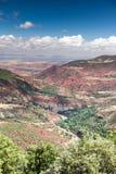 摩洛哥,高地图集风景 在马拉喀什附近的谷路的 库存照片