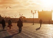 摩洛哥,索维拉- 2013年1月09日 essaouira端口 人们 库存图片