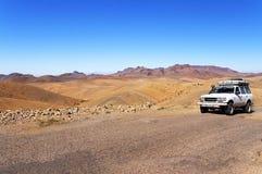 摩洛哥- 2015年10月27日:徒步旅行队在撒哈拉大沙漠,摩洛哥,非洲 免版税库存照片