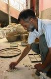 摩洛哥-菲斯-手工制造的工匠-;-瓦片-实验室 免版税库存图片