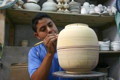 摩洛哥-菲斯-装饰员-男孩-凹道-陶瓷-罐 免版税库存图片
