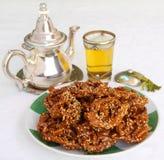摩洛哥 薄荷的茶和典型的赖买丹月饼干 免版税图库摄影