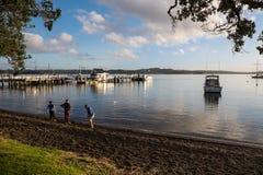 撇取石头在罗素,新西兰, NZ 免版税库存图片