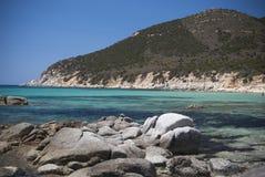 撒丁岛。热带水和岩石 免版税库存照片