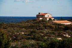 撒丁岛意大利cala del法鲁老房子 免版税库存图片