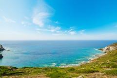 撒丁岛海岸线在一个晴天 免版税库存照片