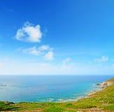 撒丁岛海岸线在一个晴天 免版税库存图片