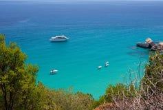 撒丁岛海景 水晶海看法在夏天在撒丁岛,在Cala月/月球附近 撒丁岛的横向 假日在撒丁岛 库存照片