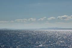 撒丁岛的海岸线有几艘帆船的在阳光下 库存图片