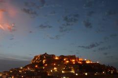 撒丁岛的迷人的中世纪镇卡斯泰尔萨尔多在晚上 库存图片