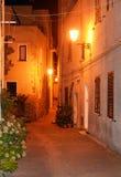 撒丁岛的迷人的中世纪镇卡斯泰尔萨尔多在晚上 免版税库存照片