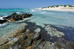 撒丁岛,意大利-波尔图Pino的海运海滩 库存照片