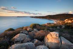 撒丁岛,意大利-灯塔和海岸在黎明在撒丁岛海岛 免版税库存照片