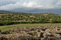 撒丁岛,意大利 由剧烈的天气的农村风景 库存照片