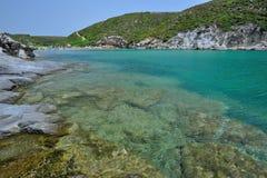 撒丁岛,意大利- Cala Lunga的海运 免版税库存图片