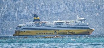 撒丁岛ferris运送驾驶在piombino之间海岛对golfo aranci 免版税库存图片