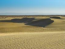 撒哈拉大沙漠的沙子午间 免版税库存照片