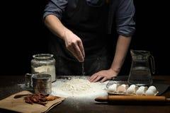 撒布面粉的手做面团 库存照片