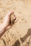 撒布从手的沙子 库存图片