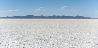 撒拉族de Uyuni是最大的盐平在世界联合国科教文组织世界遗产名录站点- Altiplano,玻利维亚 图库摄影