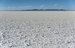 撒拉族de Uyuni是最大的盐平在世界联合国科教文组织世界遗产名录站点- Altiplano,玻利维亚 免版税图库摄影