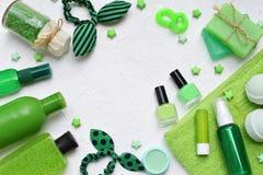 撒石灰秀丽在绿色的threatment产品的薄荷的构成在白色具体背景:香波,肥皂,腌制槽用食盐, towe 库存照片