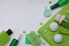 撒石灰秀丽在绿色的threatment产品的薄荷的构成在白色具体背景:香波,肥皂,腌制槽用食盐, towe 免版税库存照片