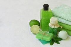 撒石灰秀丽在绿色的threatment产品的薄荷的构成在白色具体背景:香波,肥皂,腌制槽用食盐, towe 免版税图库摄影