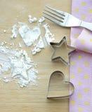 撒粉于与星和心脏形状,叉子桌布 免版税库存照片