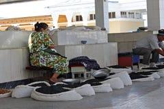 撒马而罕义卖市场,乌兹别克人妇女 库存照片