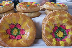 撒马而罕面包在一个市场上在乌兹别克斯坦 免版税库存图片