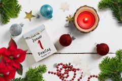 撕掉日历围拢由圣诞装饰和与2019年1月1日用德语 库存图片